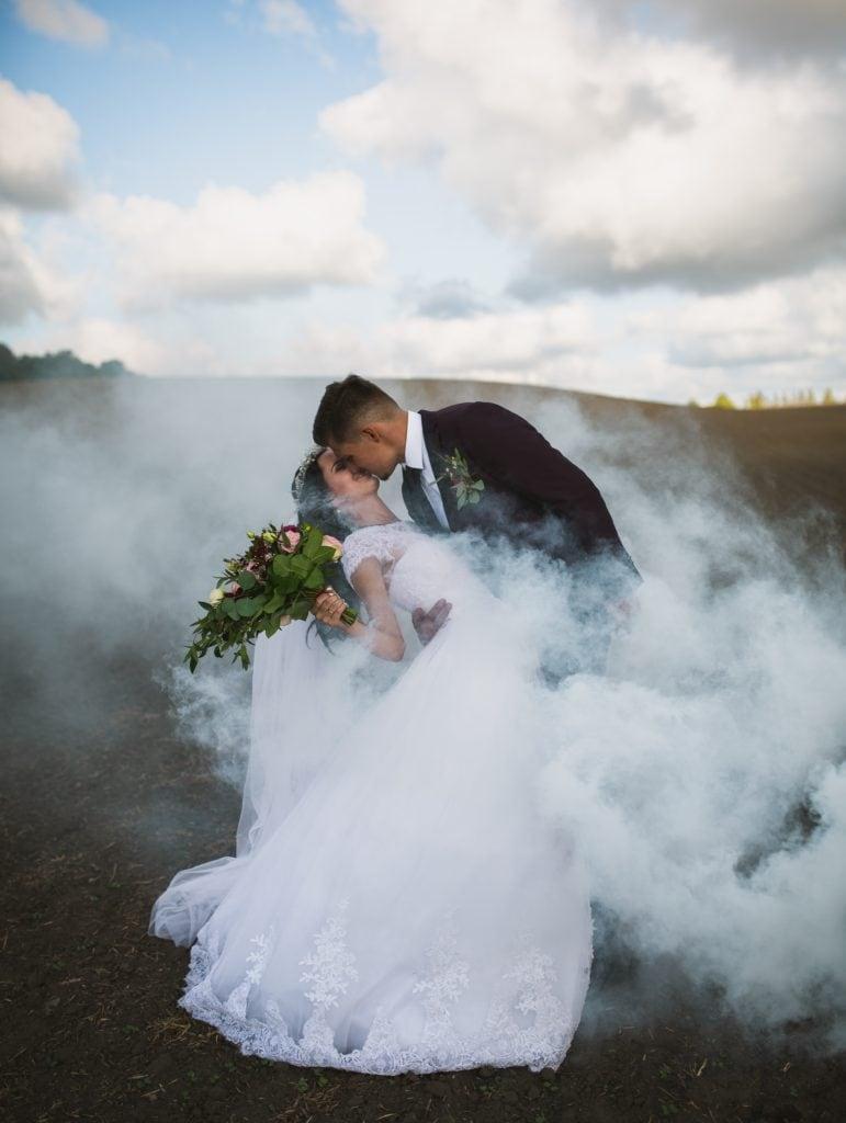 novios rodeados de humo