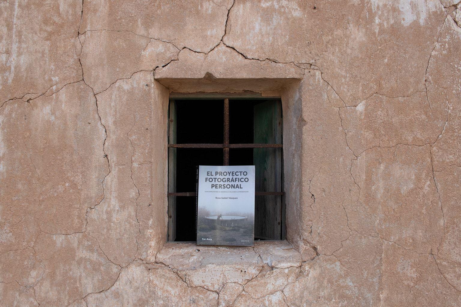 libro en una ventana