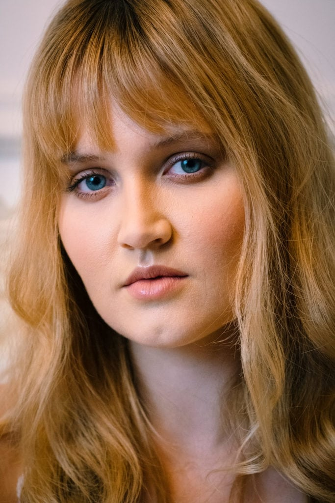 Retrato de mujer joven con cámara fujifilm