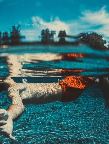 Chico bajo el agua