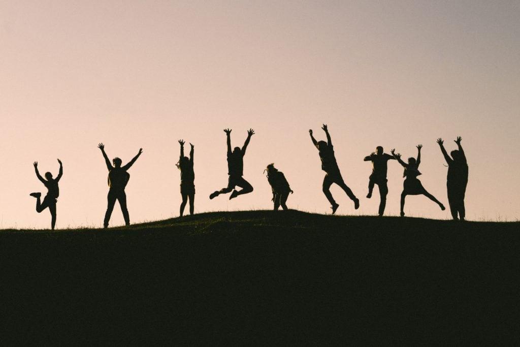 siluetas de amigos saltando