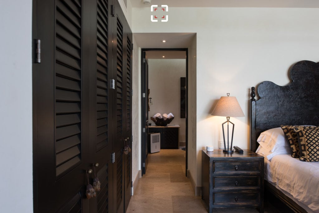 Dormitorio fotografiado con objetivo normal y sin variar la altura de la toma