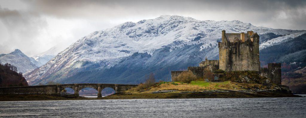 panorámica de paisaje escocés con castillo
