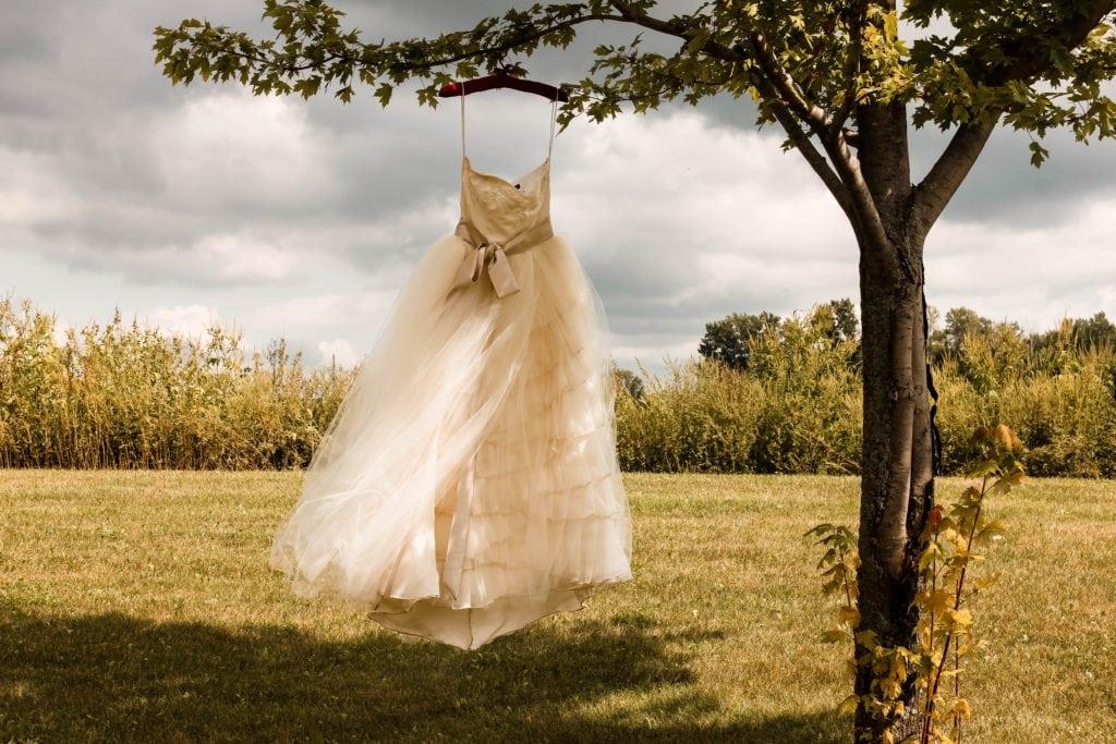Vestido de novia colgado de un árbol