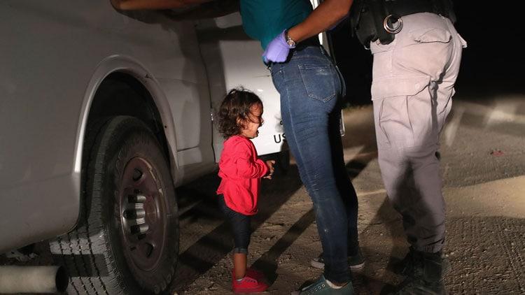 Niña llorando mientras su madre es arrestada