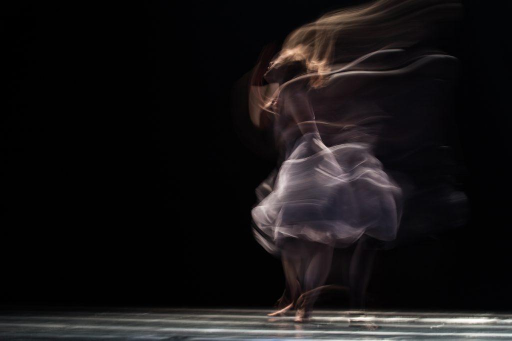 Bailarina en movimiento con fondo negro