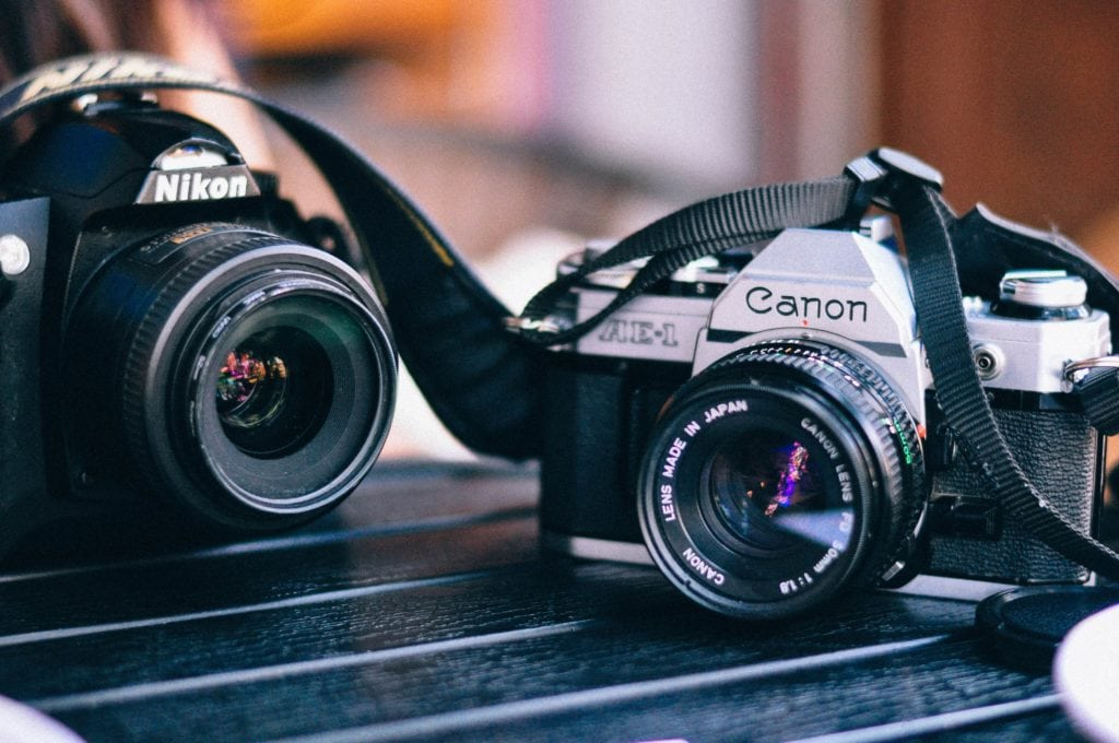 Cámara Nikon junto a cámara Canon