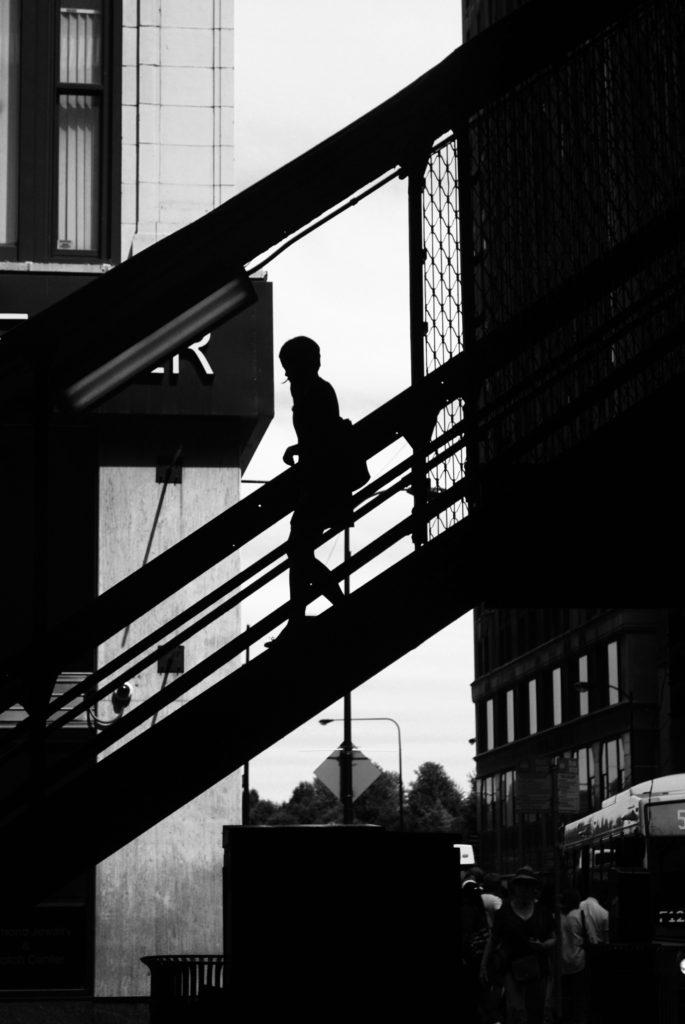 Fotografía callejera en blanco y negro de luces y sombras