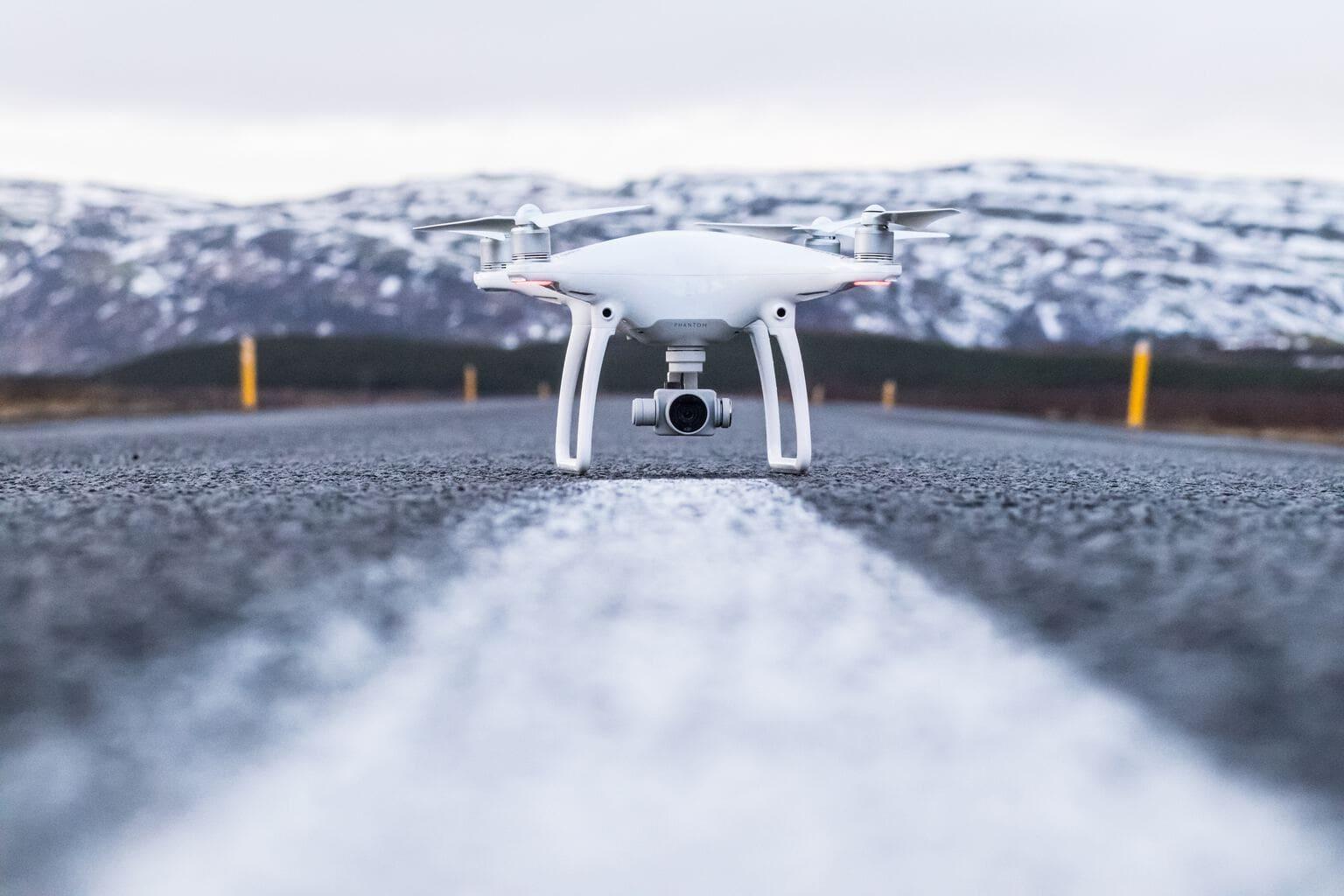 Dron sobre carretera con montaña nevada al fondo