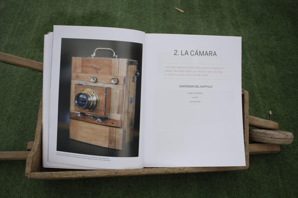 Cámara de madera. Portada capítulo 2 libro Los fundamentos de la fotografía
