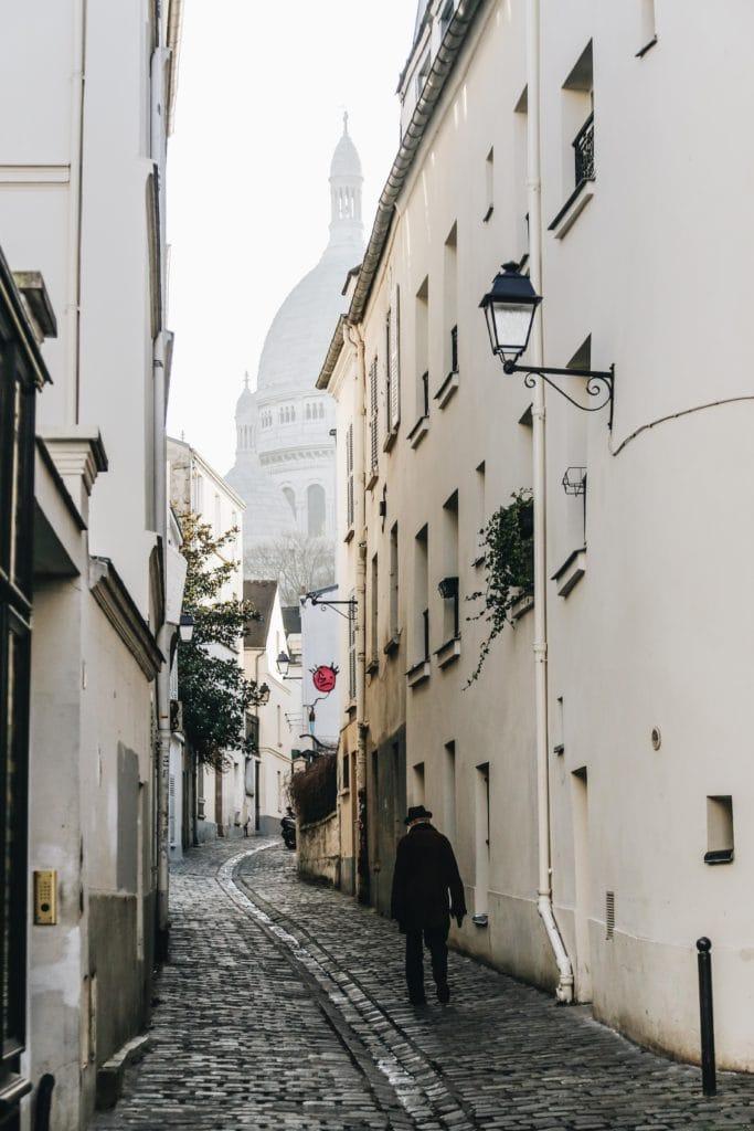 señor paseando por calles de París
