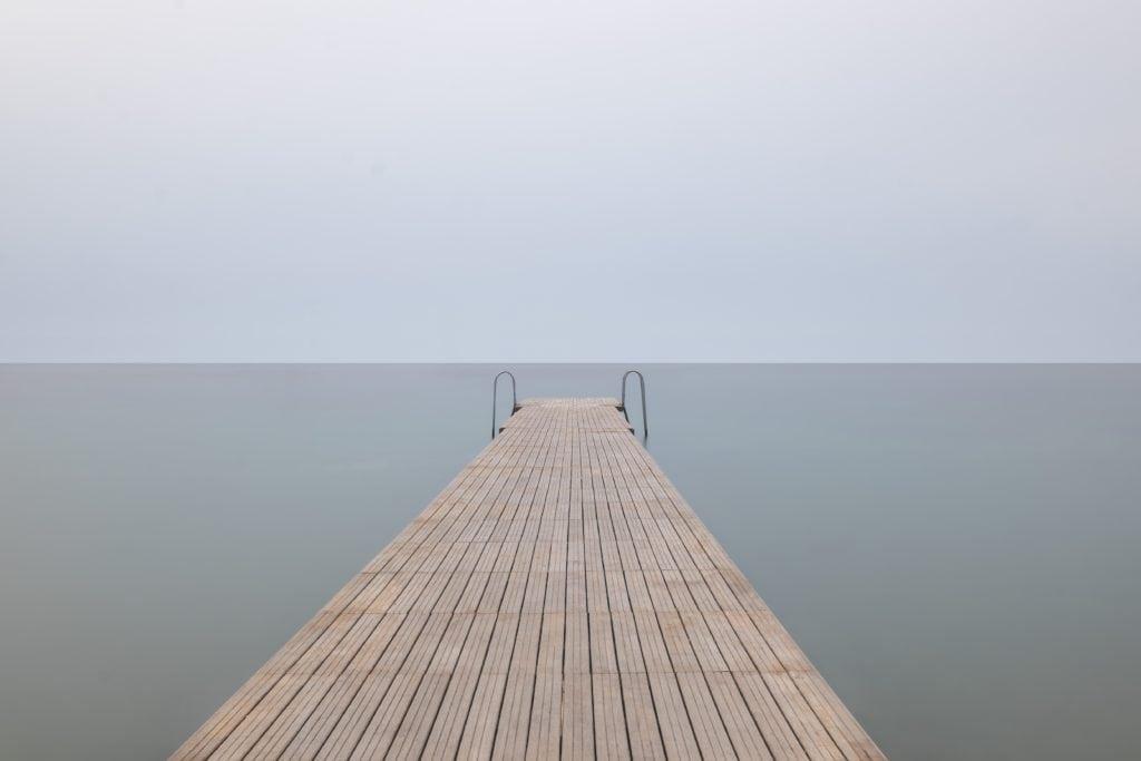 Embarcadero con horizonte en el centro
