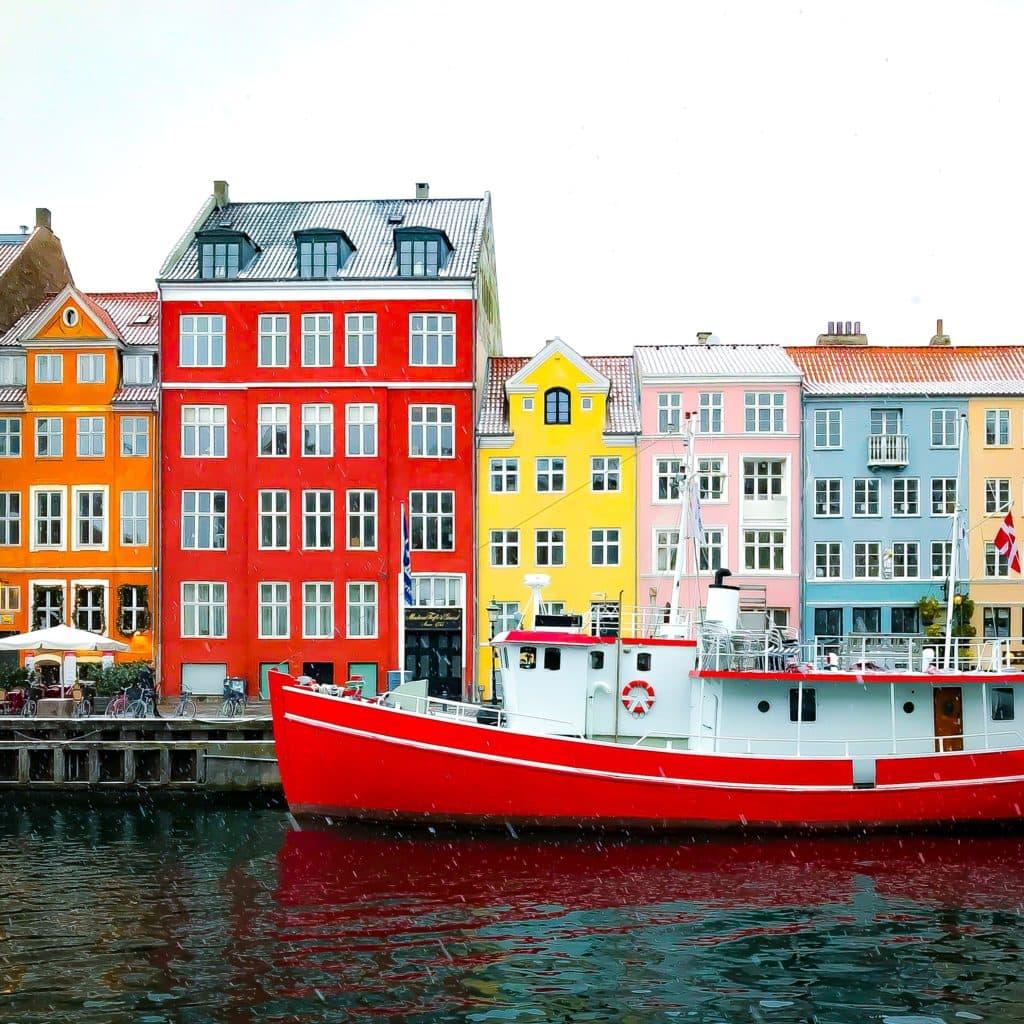 Cassa de colores al pie del rio en Dinamarca