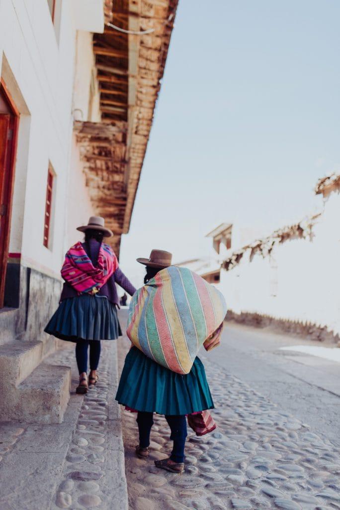 escena callejera de pueblo en perú