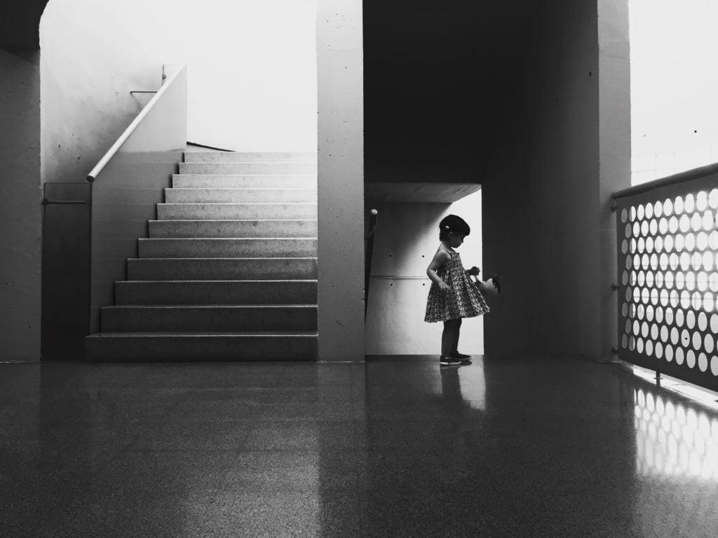 niña a contraluz con escaleras