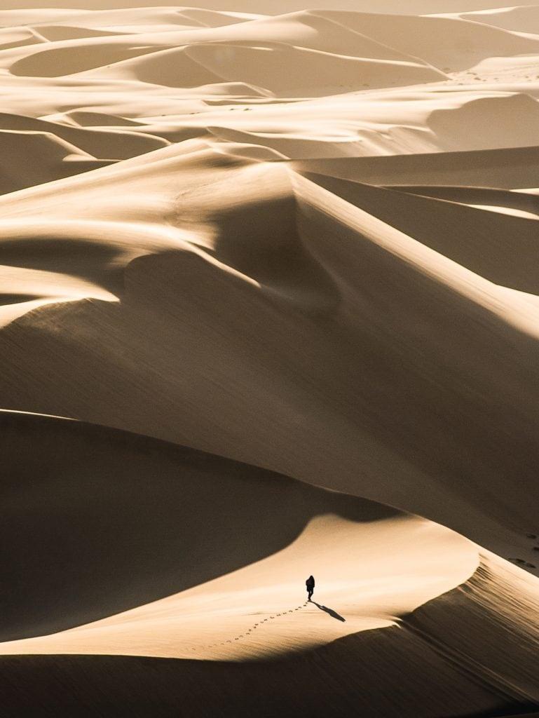 Silueta en medio del desierto