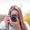 fotógrafa sosteniendo canon 4000D