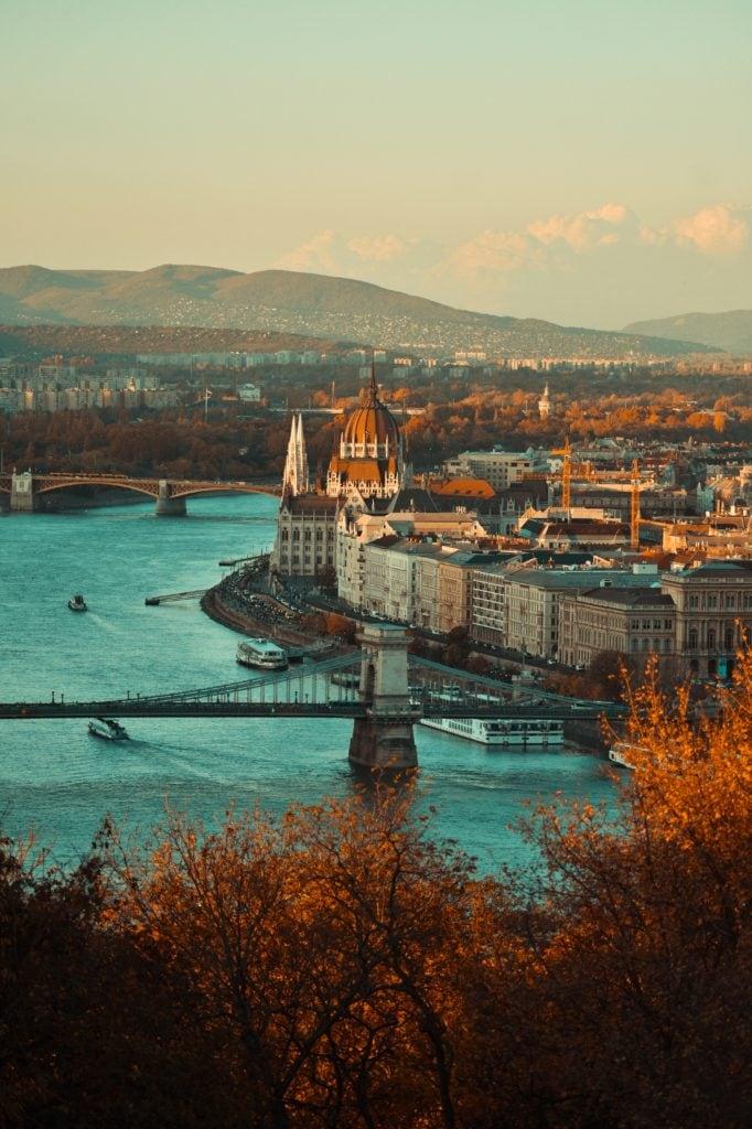 Ciudad con río y encuadre vertical