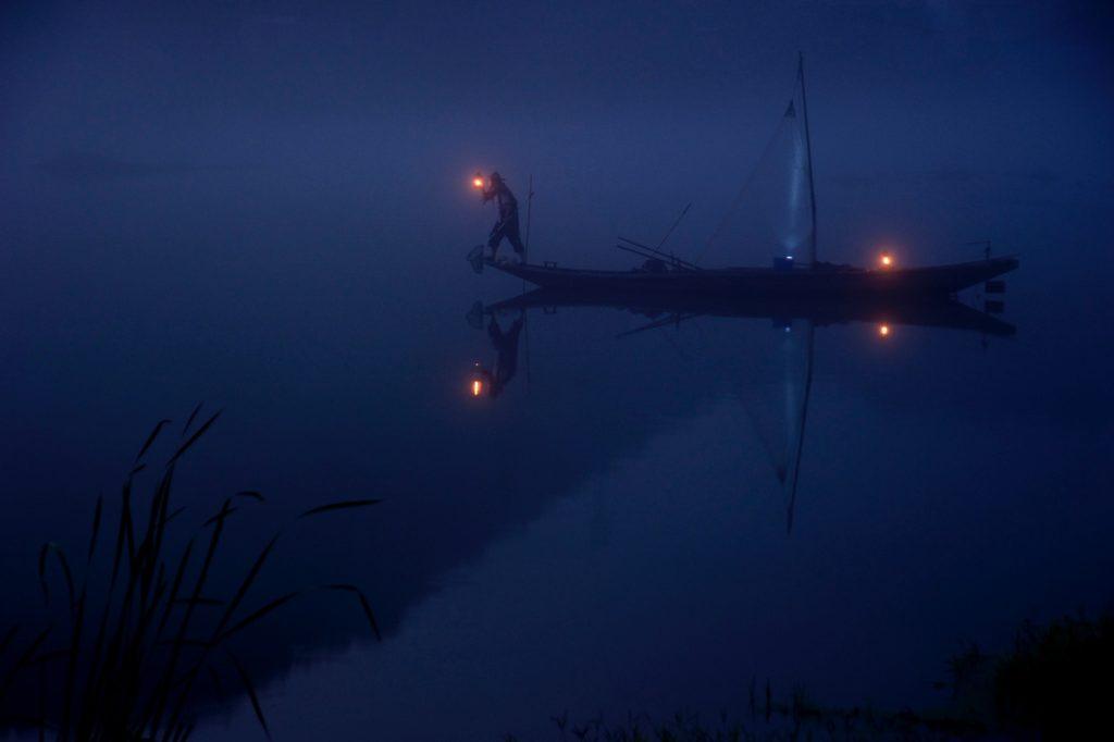 Barca en lago de noche