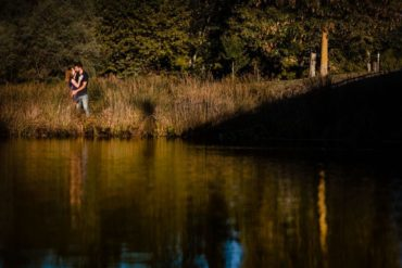 Pareja de novios en un paisaje con lago
