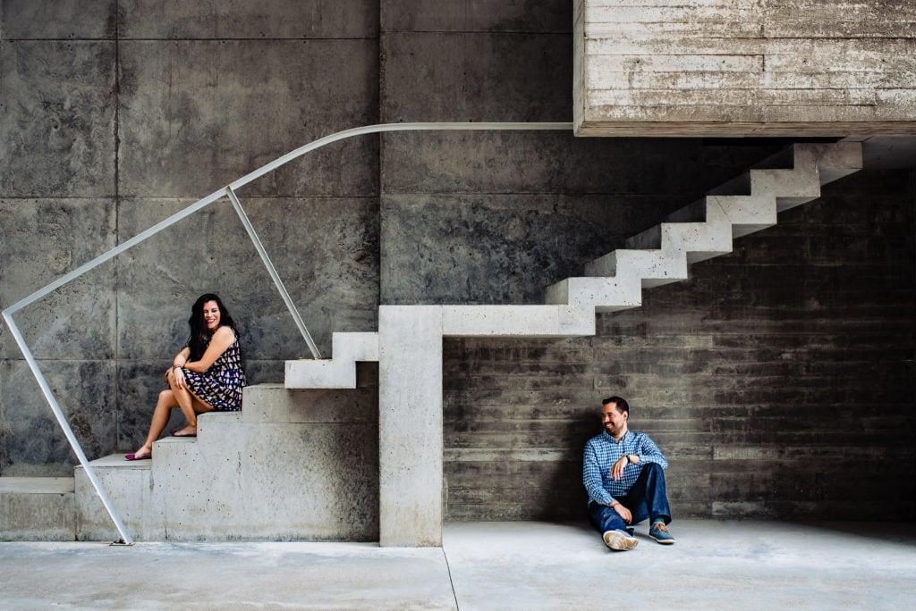 Composición fotográfica de pareja en escalera
