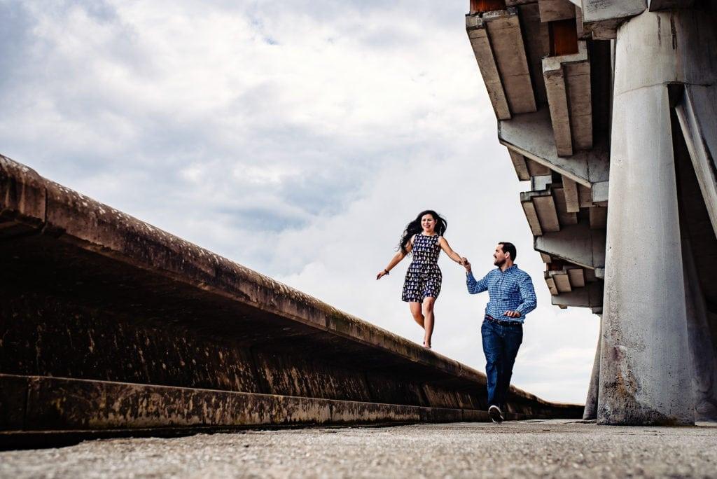 pareja paseando de la mano mientras ella está subida en alto
