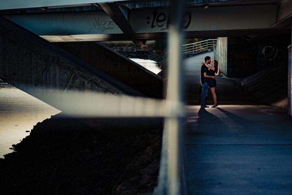 pareja besándose debajo de un puente