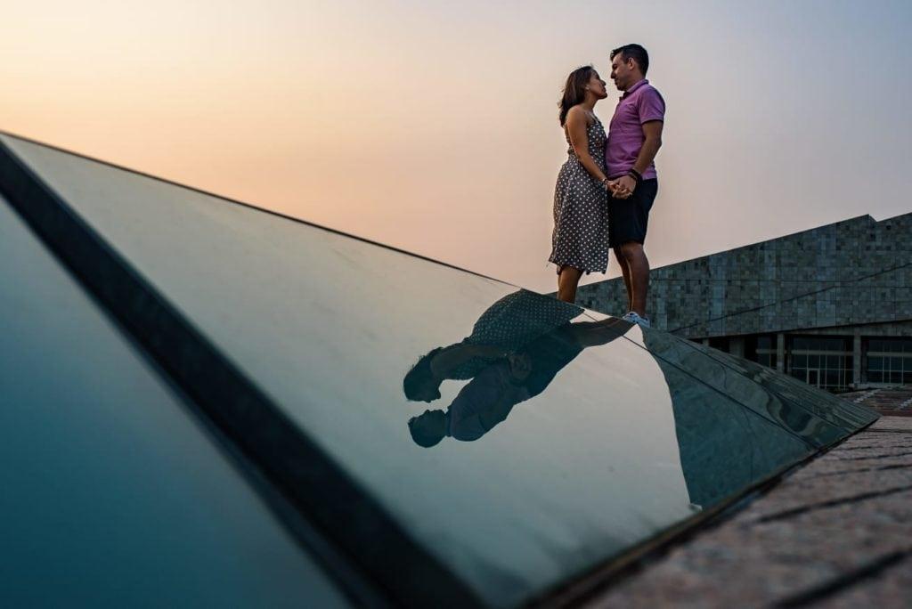 pareja reflejada en cristal