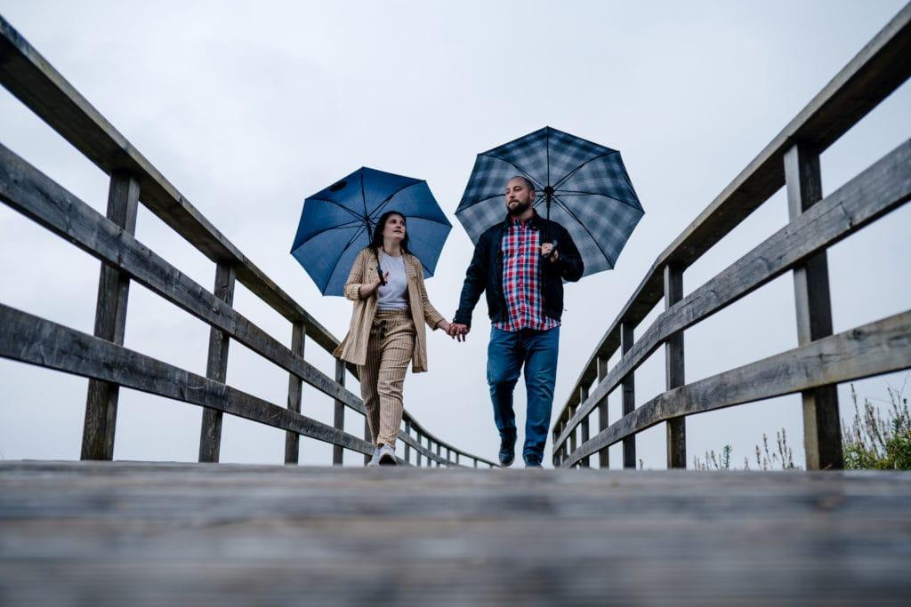 novios paseando con paraguas