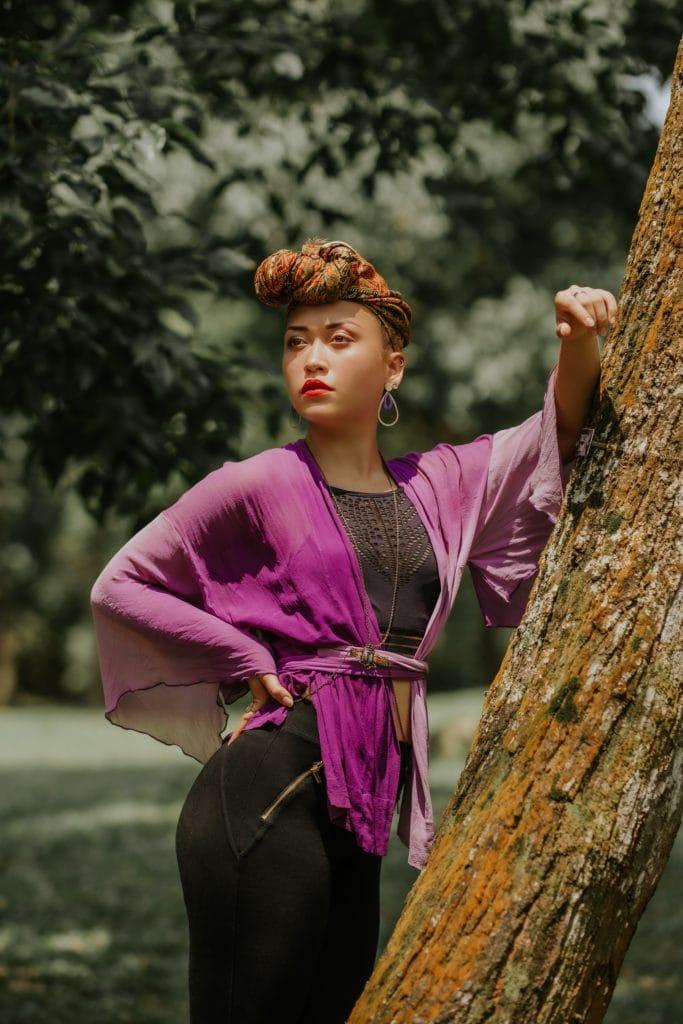Retrato mujer apoyada en árbol