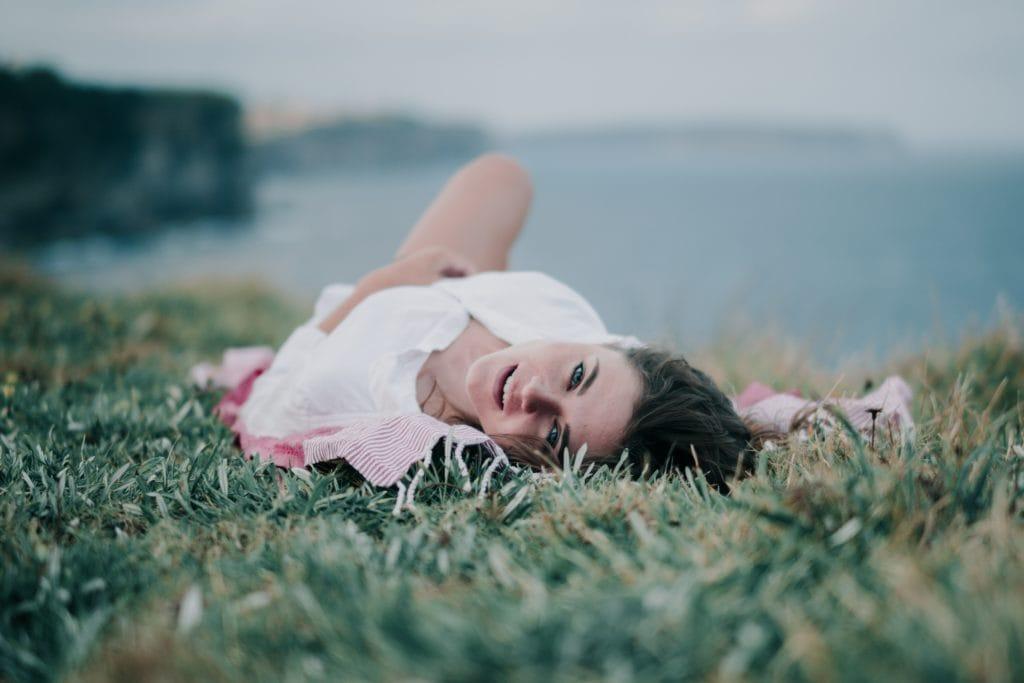 retrato de mujer tumbada en hierba