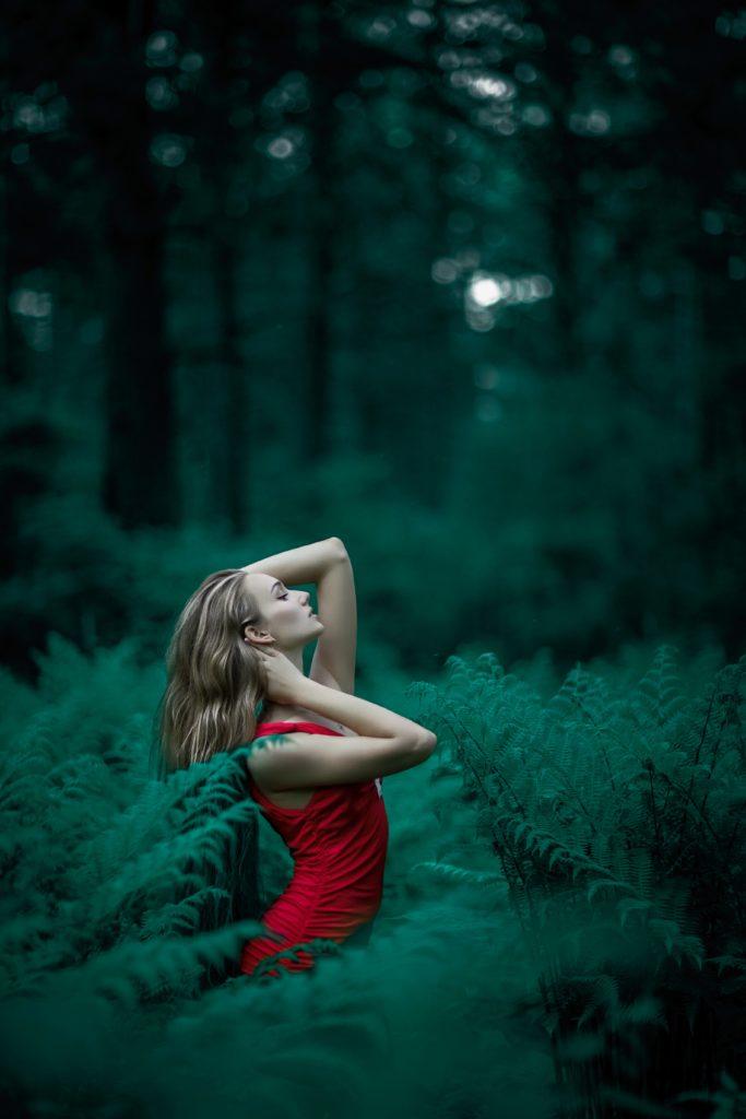 Mujer de rojo posando