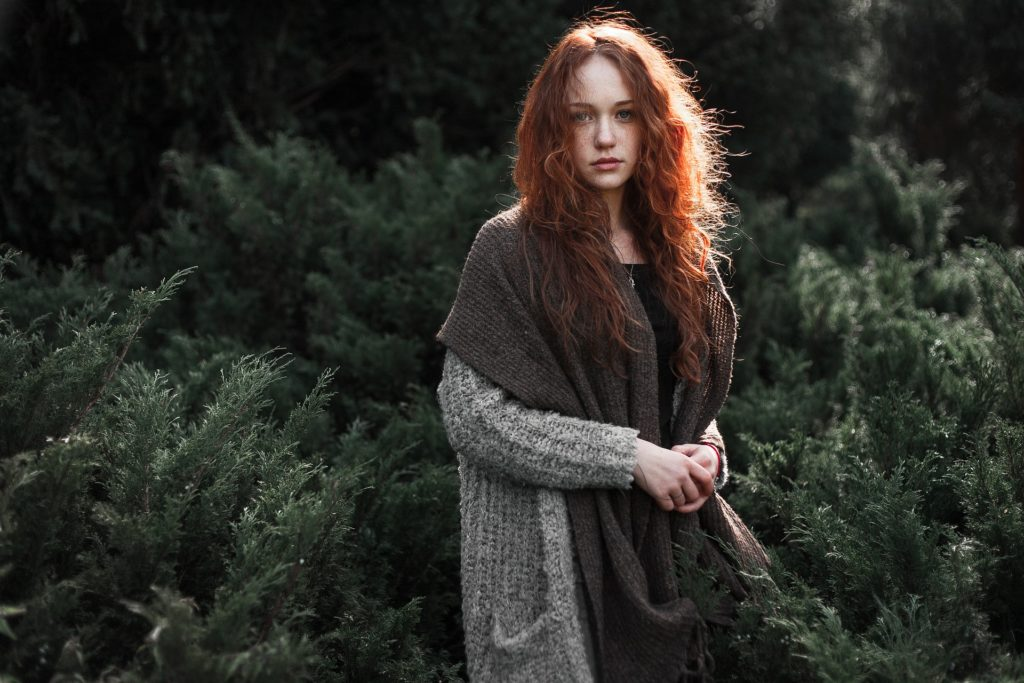 Mujer joven pelirroja en posado natural