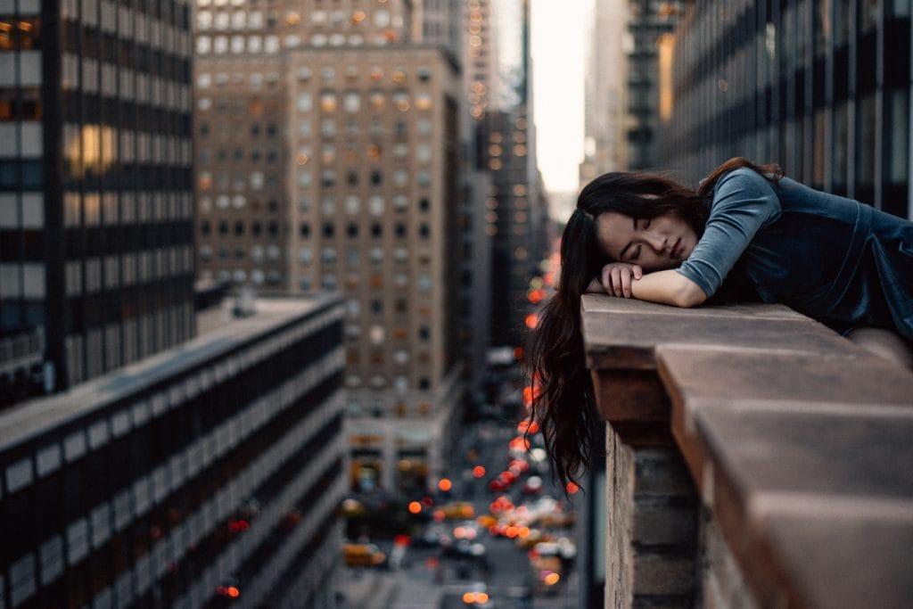 Retrato de chica en alto rascacielos
