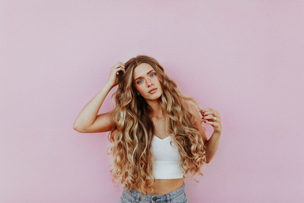 retrato con cabello largo y rizado