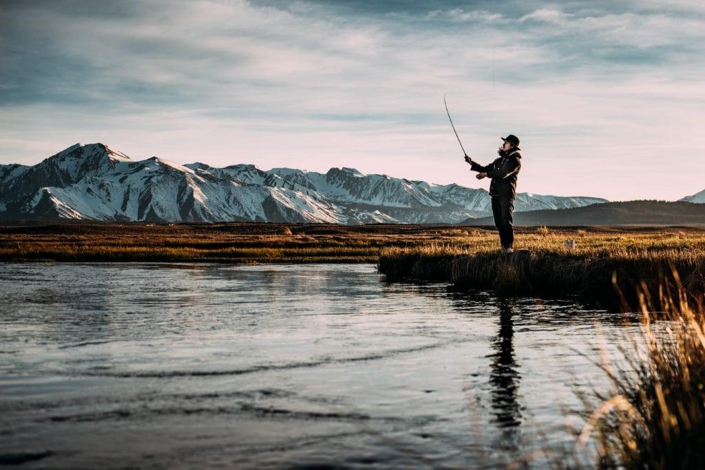 Sujeto pescando en un lago