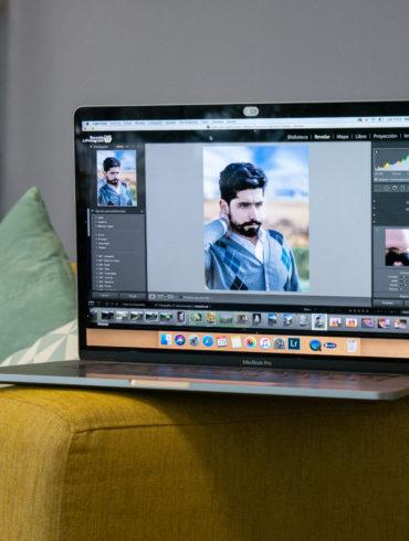 Portátil abierto con Lightroom en la pantalla
