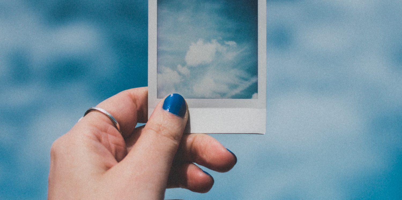 Foto polaroid de nubes con fondo de nubes