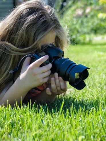adolescente haciendo foto macro