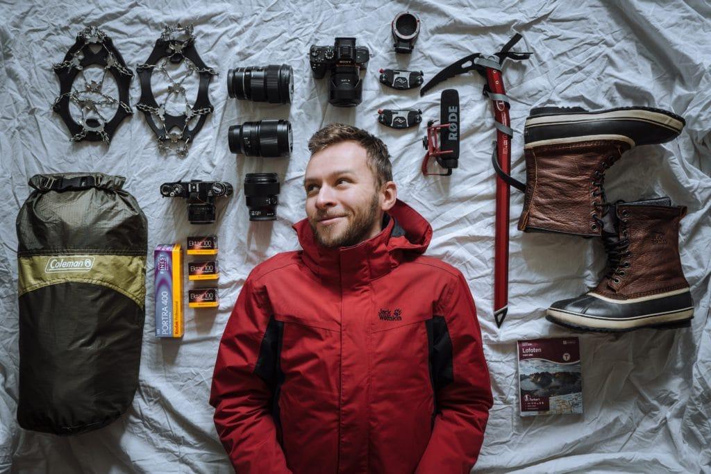 Fotógrafo con equipo de aventura preparado