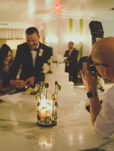 Fotógrafo capturando a los novios cortando la tarta