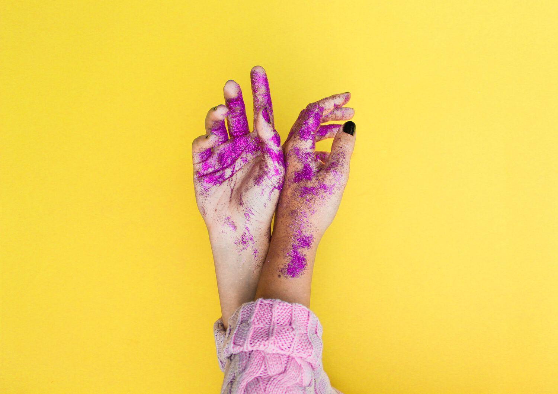 manos con purpurina