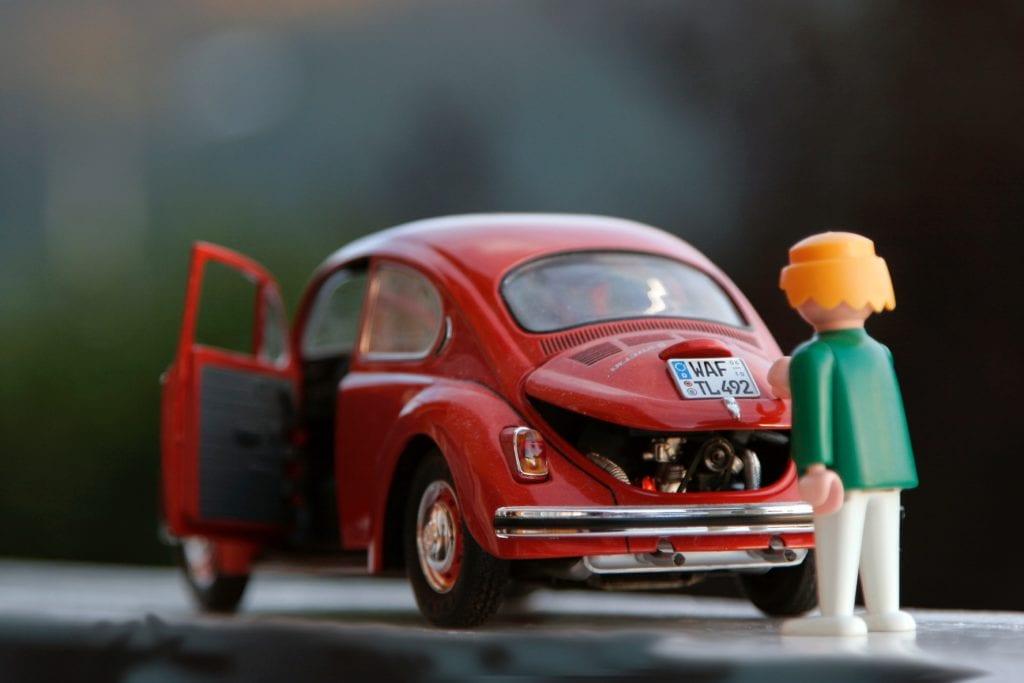 Mini rojo en miniatura con muñeco de playmóbil