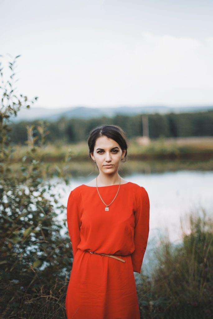 Retrato de una mujer vestida de rojo