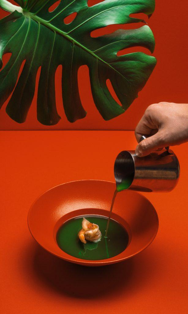 Sopa verde con decorado rojo