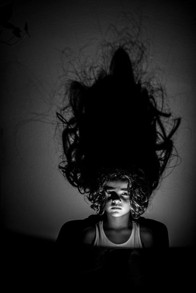 sombras de cabello en la pared