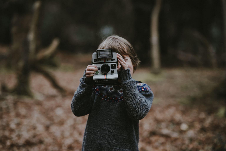 niño cámara