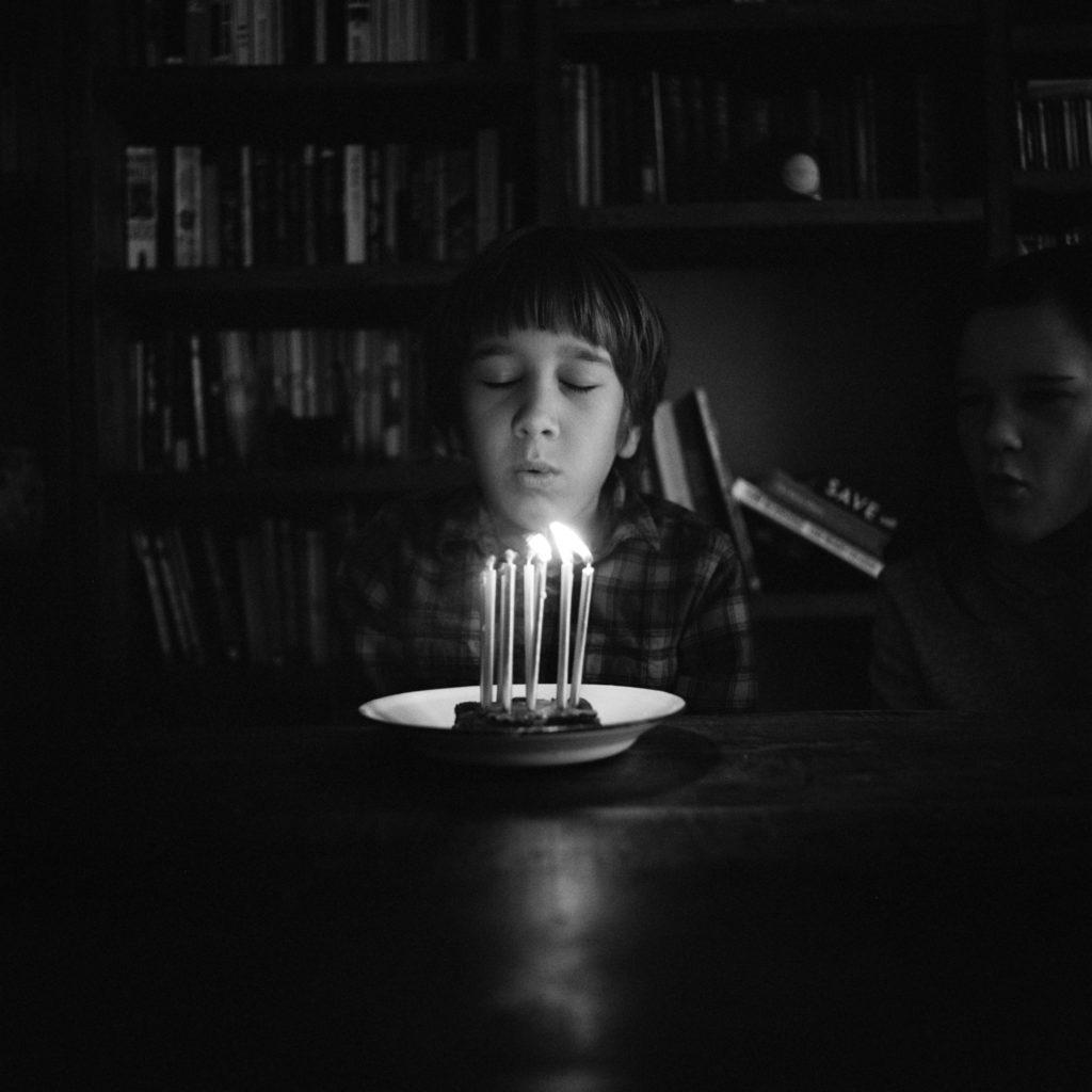 niño vela luz interior