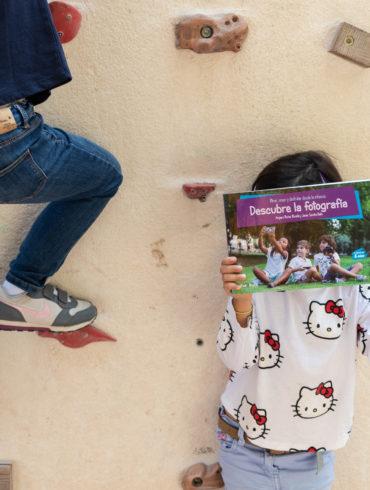 Niñas mostrando portada del libro Descubre la Fotografía