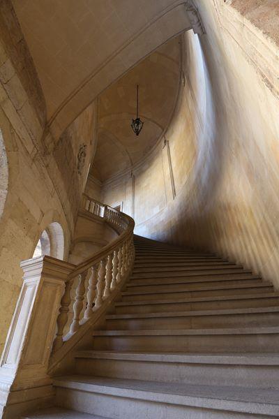 Escaleras vistas desde abajo